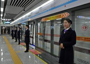 深圳地铁(Shenzhen Metro) 深圳地铁(Shenzhen Metro)是指服务于中国广东省深圳市的都会轨道交通,其第一条线路于2004年12月28日正式开通运营,使深圳成为中国大陆地区第5个拥有地铁系统的都会。  截至2017年6月30日,深圳地铁已开通运营线路共有8条,分别为:1号线、2号线、3号线、4号线、5号线、7号线、9号线、11号线,共168座车站。全市地铁运营线路总长285千米,轨道运营总里程301.1千米,轨道交通总里程居中国第4,构成覆盖深圳市罗湖区、福田区、南山区、宝安区、龙华区、龙岗区六个市辖行政区的都会轨道网络。  截至2017年6月30日,深圳地铁已开通运营线路共有8条,分别为:1号线、2号线、3号线、4号线、5号线、7号线、9号线、11号线,共168座车站。全市地铁运营线路总长285千米,轨道运营总里程301.1千米,轨道交通总里程居中国第4,构成覆盖深圳市罗湖区、福田区、南山区、宝安区、龙华区、龙岗区六个市辖行政区的都会轨道网络。  2016年,深圳地铁全年客运量109310万人次,日均客运量逾298.66万人次。2015年,其年客运量93066万人次,日均客运量逾254.97万人次。2014年,其年客运量86699万人次,日均客运量逾237.53万人次。