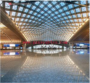 广州火车南站 Guangzhou Railway Station 广州南站(Guangzhounan Railway Station),位于中国广东省广州市番禺区,为特等站,隶属于中国铁路广州局集团有限企业,于2004年12月动工建设、2010年1月投入使用。广州南站是一个大型现代化铁路客运站,是华南地区最大、最繁忙的高铁站,是粤港澳大湾区、泛珠江三角洲地区的铁路核心车站,是连接京广高速铁路、广深港高速铁路、广珠城轨、贵广高速铁路和南广铁路及北京、上海、武汉、深圳和香港的世界级综合交通枢纽,与广州站、广州东站和广州北站组玉成国四大铁路客运枢纽(京沪穗汉)之一--广州铁路客运枢纽。 截至2010年1月,广州南站总建筑面积61.5万平方米,站房面积48.6万平方米,设15站台、28站台面、28股道,自下至上分为B1层(地铁站、停车场)、1F层(进出站层、购票层)、2F层(高架站台层、东落客平台)和3F层(高架候车层、西落客平台)共四层。 车站开通站内便捷换乘,已购联程火车票的旅客到站后不必向下出站,可通过指引、经由便捷换乘通道向上返回三楼候车室并换乘接续列车。 广州南站经停车次数量位列全国第一,逾越上海虹桥站及北京南站等特大型车站。 2018年五一期间,该站到发旅客167.23万人次,日均到发旅客55.74万人次,单日最高到发量为57.43万人次,刷新历史峰值。 2018年春运期间,该站到发旅客总量居全国之首,到发旅客1713.7万人次,日均到发42.8万人次,最高峰值55.72万人次,单日最高发送量为27.85万万人次,单日最高到达量为33.13万人次。